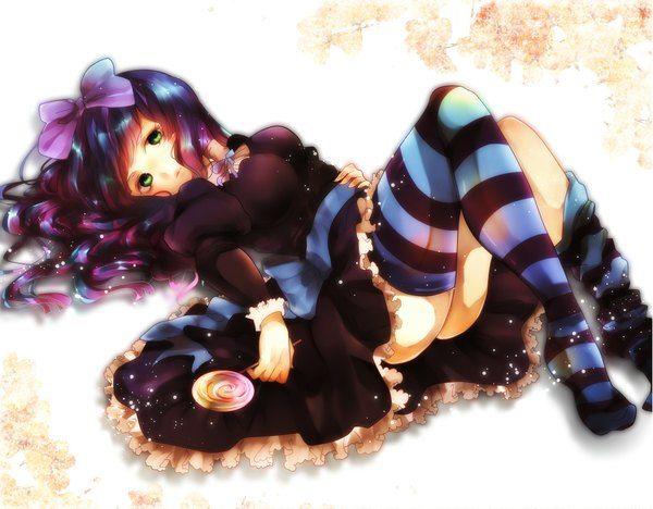 Аниме картинка 2047x1600 с   труська, чулко и пресвятой подвяз  anarchy stocking  sumomo kaze (artist)  длинные волосы  один (одна)  смотрит на зрителя  высокое разрешение  лёгкая эротика  зелёные глаза  фиолетовые волосы  лёжа  босиком  ножки  разноцветные волосы  на спине  двухцветные волосы  девушка  чулки  платье  бант