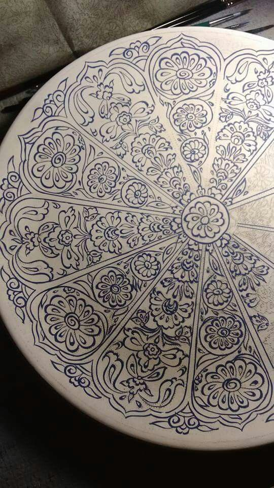 Pattern application on Italian majolica plate