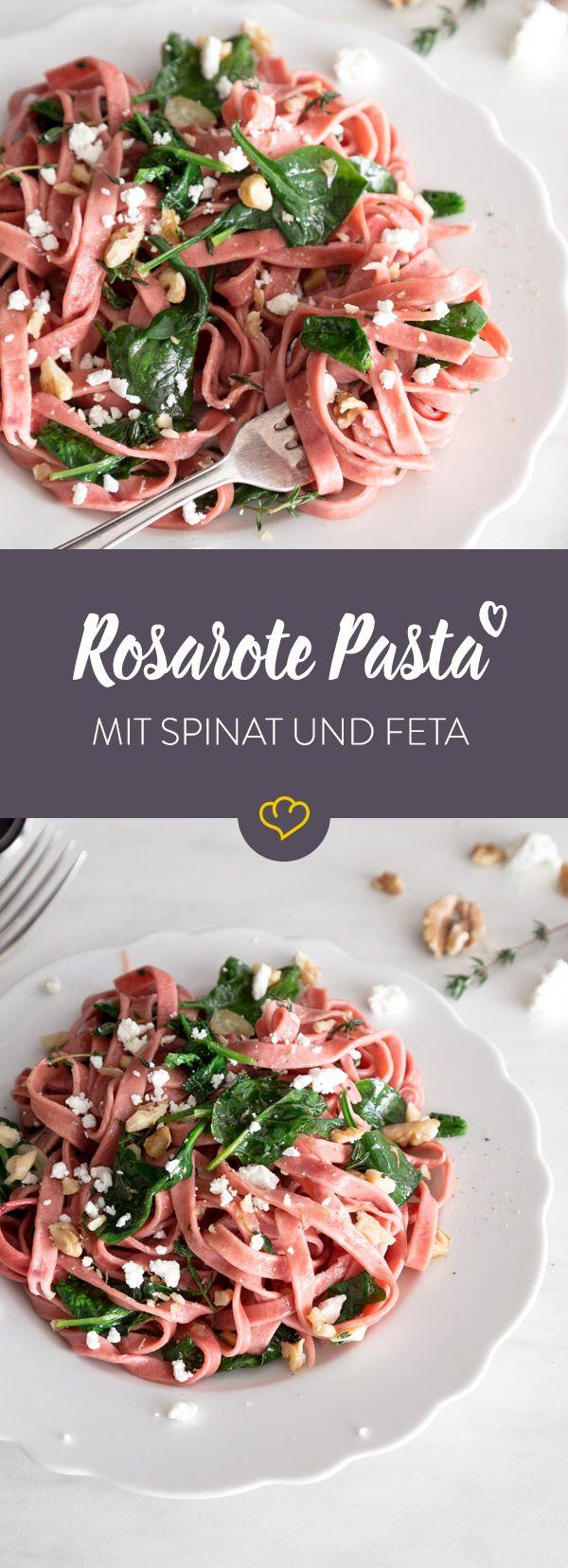 Du musst das Objekt deiner Begierde mächtig beeindrucken? Wir empfehlen ausgefallene rosa Pasta mit Feta und Spinat für ein perfektes Candlelight-Dinner.