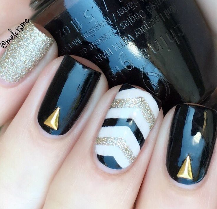 ✨Stunning manicure by the fabulous @melcisme using our Single Chevron Nail Vinyls found at snailvinyls.com