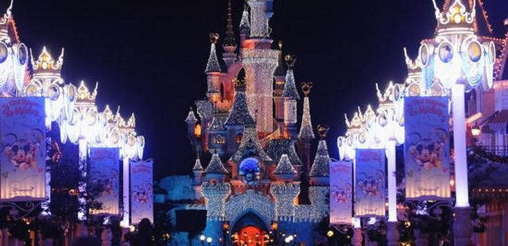 Disneyland Paris Is Stunning As Snow Falls Throughout The Park And Characters Play [Photos And Video]