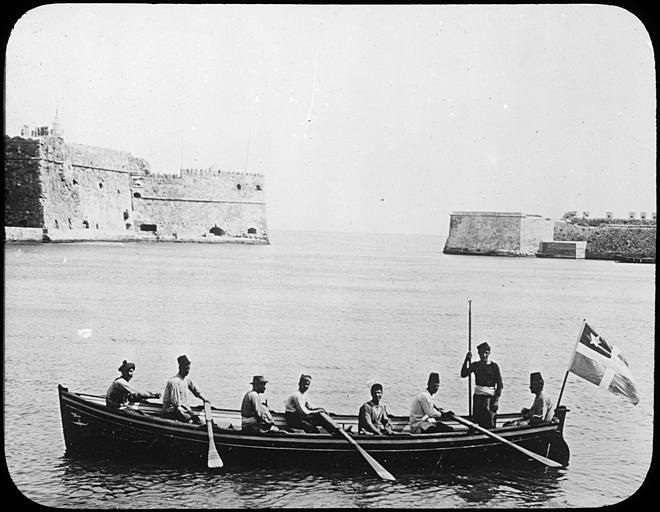 """Grèce ; Crète ; Candie Entrée du port avec une barque de service Musée pédagogique PublicationLivret pédagogique : """"La Crête"""" (1913)"""