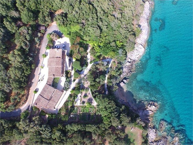 A vendre chez Capifrance maison bourgeoise à OLMETO.    Terrain de 5000 m², 458 m², 20 pièces dont 5 chambres.    Plus d'infos > Jean-Pierre Serra, conseiller immobilier Capifrance.