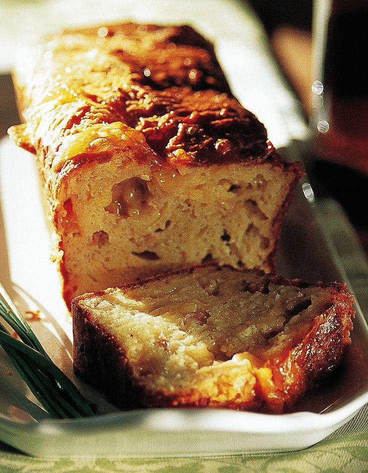 Recette Cake du presbytère aux fromages : Préchauffez le four à th.6/180°. Découpez le pont-l'évêque en morceaux. Lavez la pomme et râpez-la.Dans un saladier, fouettez les œufs avec la farine, la levure, 1 pincée de sel et 2 tours de moulin à poivre. Incorporez petit à petit l'huile ...