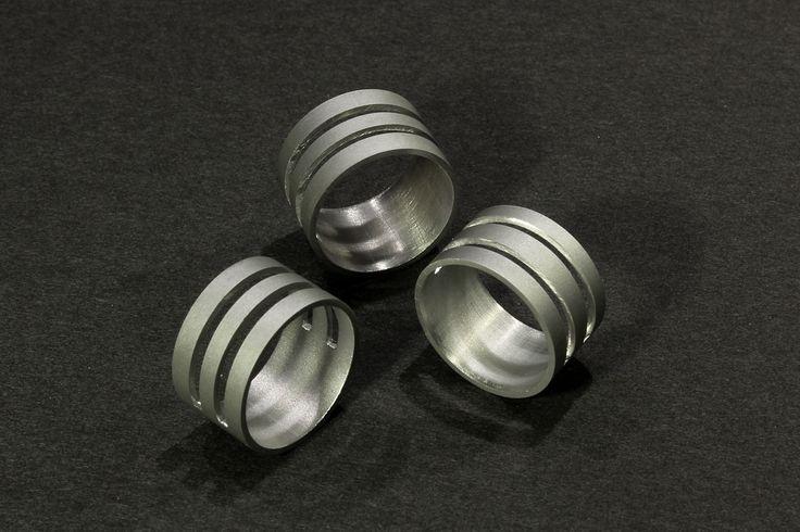 Minimalistycký prsten MPR04 Moderní originální prstýnek z hliníkového profilu. Minimálistický a čistý design podpořený matným povrchem eloxovaného hliníku je skvělý doplňek pro někoho, kdo hledá něco výjimečného. Ručně řezáno, broušeno. Velikost: vnitřní průměr- 19mm, obvod- 60mm