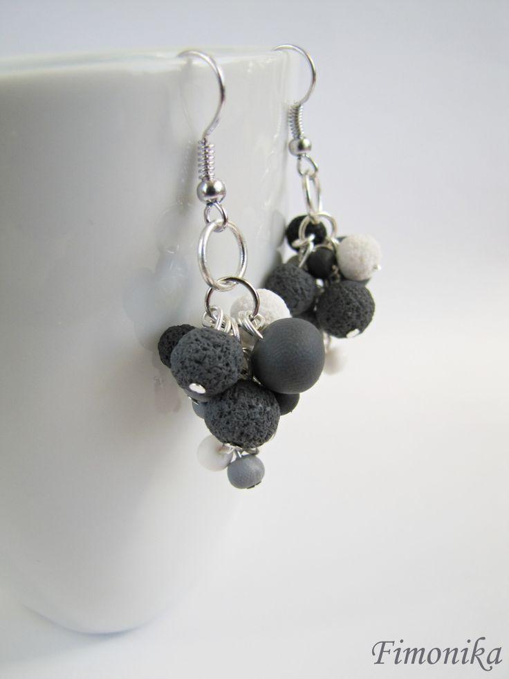 Kuličkové náušnice - šedé Trošku delší šedé náušnice. Kuličky jsou z černého fima, použila jsem různé odstíny šedé a bílou. Jsou zavěšeny na stříbrném afro háčku a jednotlivé kuličky jsou na stříbrných kolečkách. Náušničky jsou elegantní a vypadají moc hezky ;-)