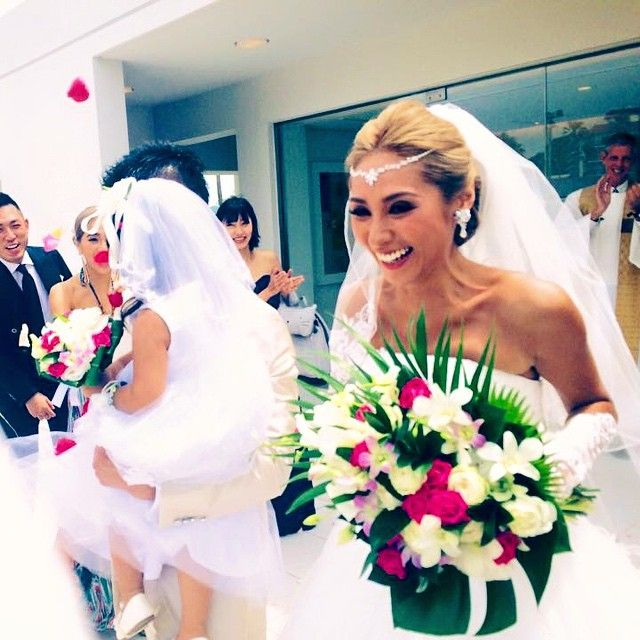 フラワーシャワーは天気も良くてたくさんの人がいてたくさんのおめでとうと笑顔で嬉しすぎました❤️ 幸せすぎるfamilyです❤️ 笑顔通りこして顔がさんまさんみたいに出っ歯になってる そんな自分の笑った写真みて出席してくださった皆様に感謝しかないな!ってつくづく思いましたm(_ _)m❤️ #wedding#weddingdress#happy#happysmile#FlowerShower#結婚式#フラワーシャワー#ブーケ#bouquet#flower#ブーケは南国イメージに大好きなピンクを混ぜてもらいました#頭のマリアティアラはネックレス#ynsドレスで買ったよ#ドレスもyns