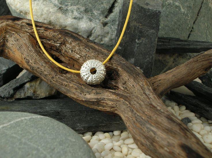 Ciondolo in argento 925/1000 raffigurante un riccio di mare ottenuto dal calco del riccio naturale tramite la tecnica della fusione a cera persa e del calco dal naturale. #RRorafi #GioielliCheAttraversanoIlTempo #Jewels