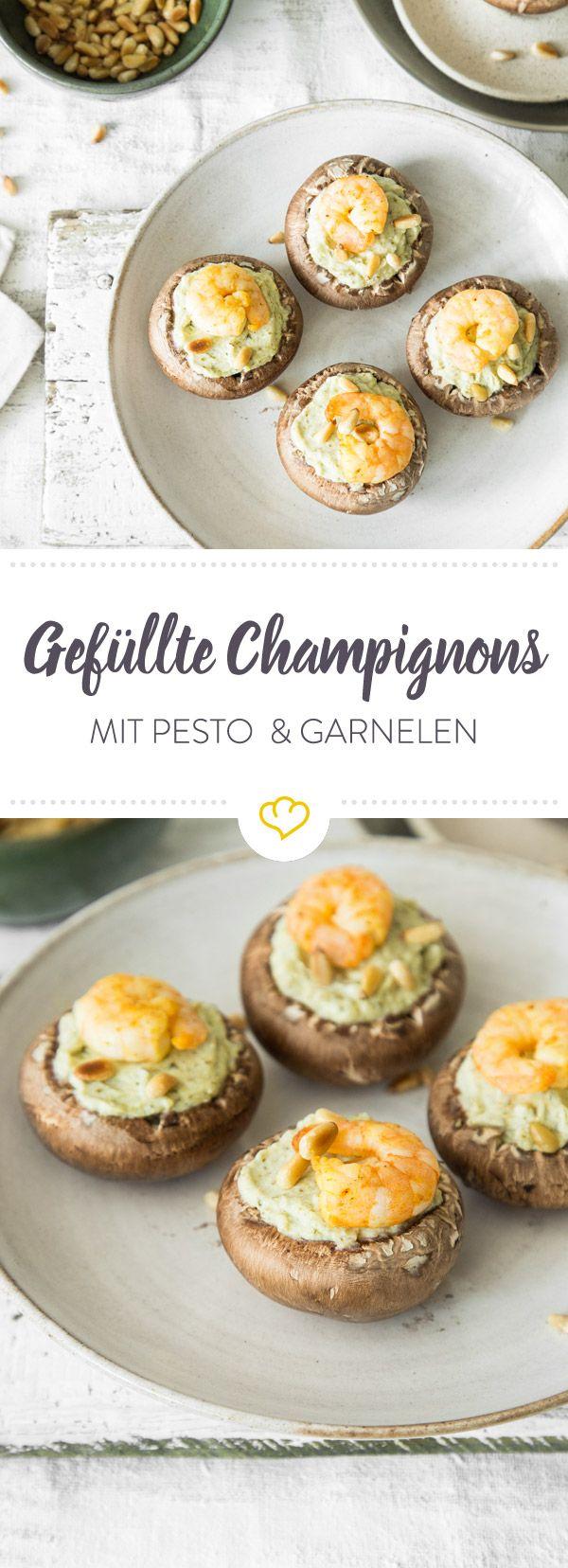 Mit einer Füllung aus Ricotta, Pesto, Garnelen und Pinienkernen werden deine Champignons zu himmlisch leichten Leckerbissen - auch optisch ein Genuss!