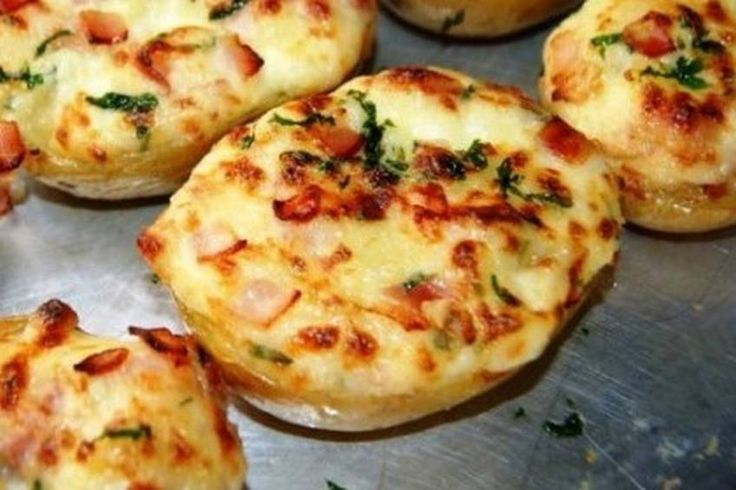 Patatas rellenas de bacon Novedad en Cocina Familiar. Tenemos muchas recetas de patatas pero hasta hoy no teníamos una receta de patatas rellenas. Viene de la mano de Anna, propietaria…
