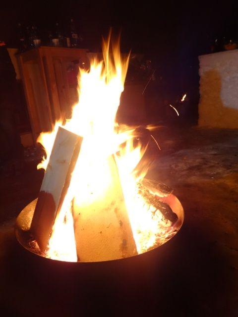 Feuerschale gibt Wärme im Schnee