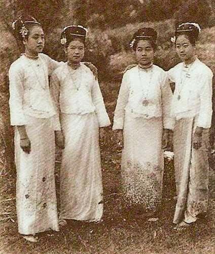 ``ေခတ္သစ္ၾကိဳ မယ္ကေလးမ်ား(၁၉၀၀)`` .......The Ladies- Mogok; Burma(1900) (File Photo)
