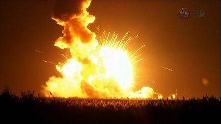 28日、米バージニア州ワロップスで、無人宇宙船を載せて打ち上げた直後、爆発したロケット「アンタレス」(米航空宇宙局のテレビ映像から)(AFP=時事) ▼29Oct2014時事通信|米無人宇宙ロケットが爆発=千葉工大の観測カメラ搭載-国際基地へ打ち上げ直後 http://www.jiji.com/jc/zc?k=201410/2014102900087