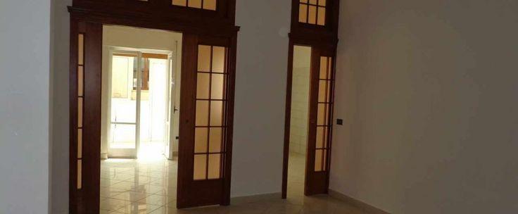 Appartamento al primo piano di circa 100 mq composto da soggiorno, cucina-tinello, due camere da letto e bagno. Ottimo anche uso studio.