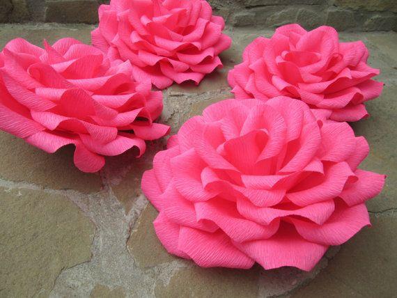 Handgemaakte crêpepapier rozen. GEEN STENGELS Perfect voor bruiloft decoraties, boeketten, tabel en arch regelingen of cadeaus.  Deze aanbieding is voor 4 grote rozen met diameter 22-24 cm (9). Kleur: fuchsia roze  Please convo me als u wilt kopen van verschillende kleuren of meer bloemen!  Kortingen voor grote aankopen en continu klanten!!!   Alle mijn papier-bloemen: www.etsy.com/shop/LandofFlowers