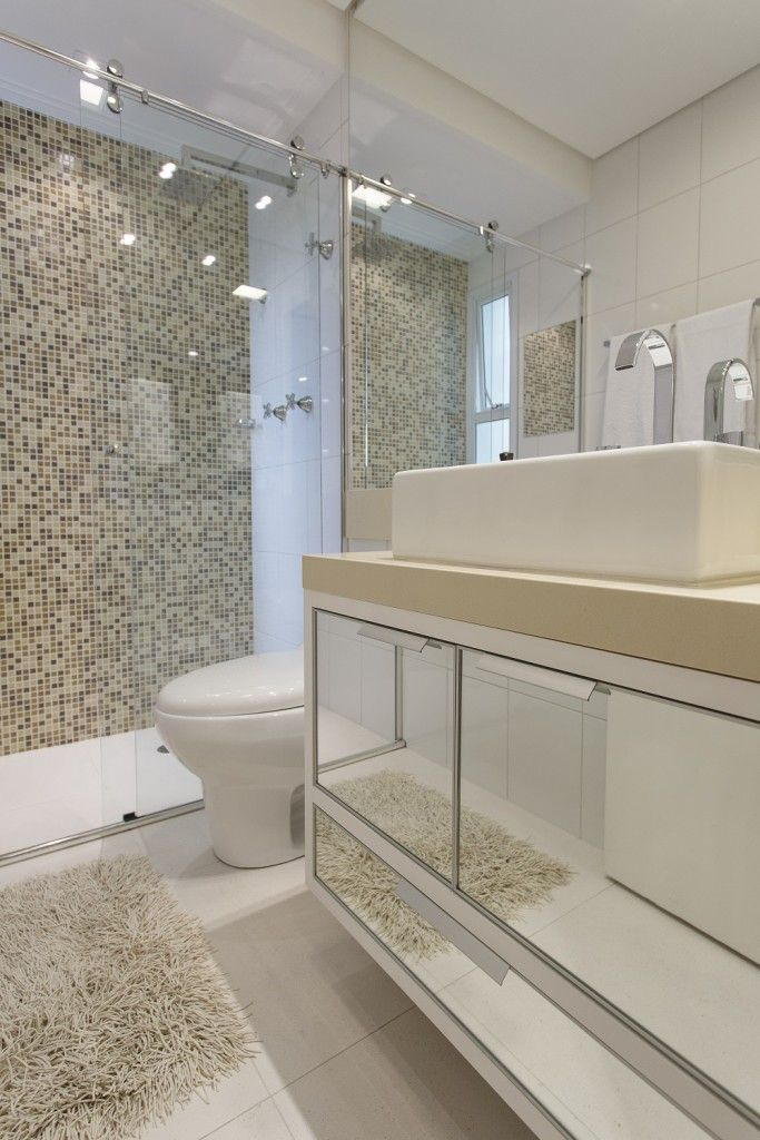 No banheiro, porcelanato, pastilhas e cuba da Horus Acabamentos