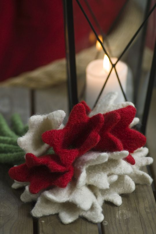 Novita felting ideas, Christmas flowers made with Novita Joki (River) yarn #novitaknits https://www.novitaknits.com/en