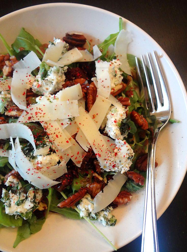 Salade Tomme des demoiselles, chèvre, canneberges et noix