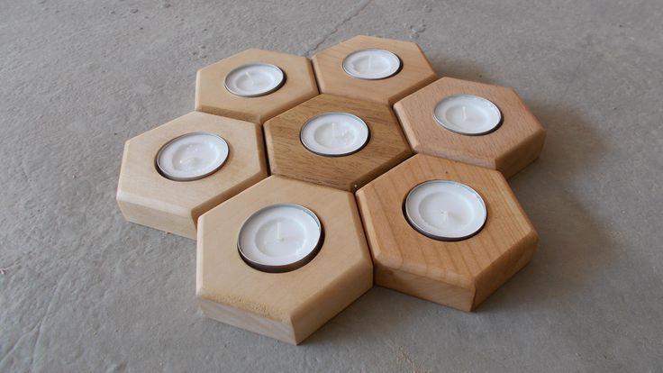 Εξάγωνη θήκη ρεσώ με μία θέση, από μασίφ ξύλο οξυάς ή  φλαμούρι. Διαστάσεις  9 εκ x 8 εκ x 2 εκ. Χειροποίητο λουστραρισμένο με κερί μέλισσας. Διατίθεται σε ανοιχτή και σκούρα απόχρωση .Κατασκευάζεται στην Ελλάδα.  #κερια #candlies #reso #ρεσω #keria #θηκες