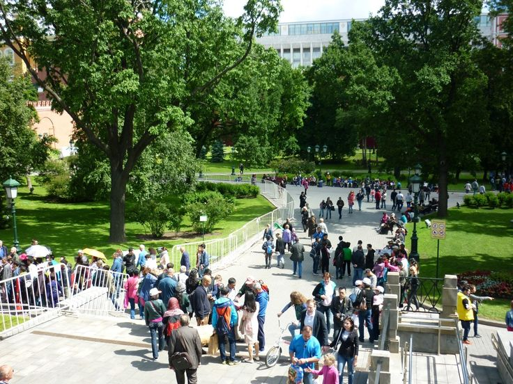 Touristic crowds! Everybody wants to visit the Kremlin