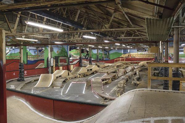 indoor BMX tracks | Iemand nog een leegstaande hal in de aanbieding? [photo] [video]