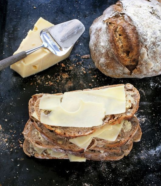 Surdegsbröd med fikon och hasselnötter