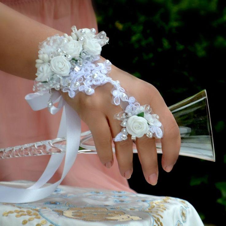Svatební náramek s prstýnkem Snowe Skvělý trendy květinový doplněk pro nevěsty nebo družičky. Květinový náramek s prstenem bude zdobit vaší ruku až odložíte svatební kytici. Velikost prstenu univerzální Náramek na vázačku V případě, že máte zájem o jiné barevné varianty, neváhejte mne kontaktovat.