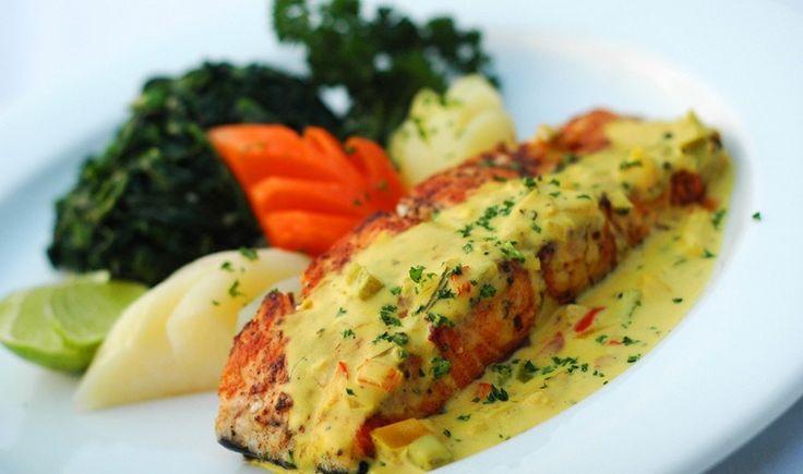 Η μουστάρδα ταιριάζει πολύ με ψητά ψάρια. Εδώ, σε συνδυασμό με το γιαούρτι και το μέλι δίνει μια υπέροχη κρεμώδη σάλτσα για αυτό το γευστικότατο πιάτο σολομού.