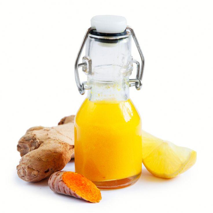 Gurkmejashot med citron och ingefära, en uppfriskande och vitaminfylld dryck som går snabbt att förbereda! Detta recept är perfekt till mörka vinterdagar.