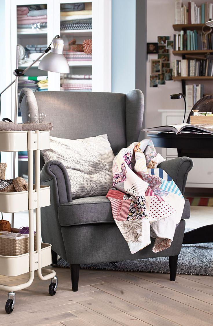 Le fauteuil à oreilles STRANDMON est l'endroit idéal pour se relaxer en tout confort et plonger dans un bon livre.