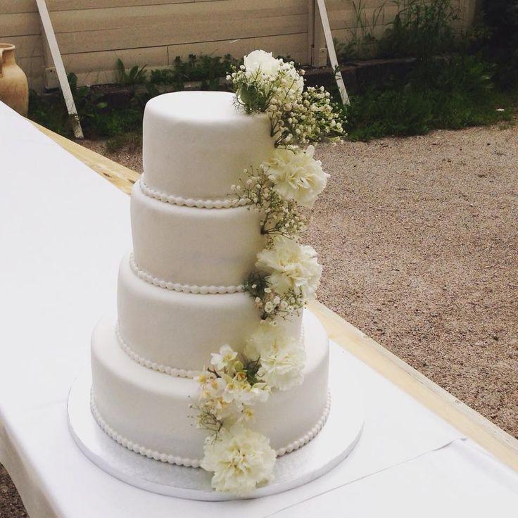Bryllupskake i 4 etg med friske blomster. Vaniljekake med vaniljekrem og bær. Pris 4900,-