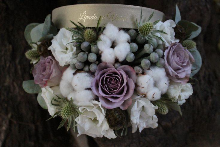 Cutie cu flori  #flowers #box #flowersbox #flowersinabox #gift #sayitwithflowers #madewithjoy #madewithlove #paulamoldovan #livadacuvisini #flori #evenimente #candybar #bucuresti ##bucharest #florist #purple #roses #silver #brunia #white #cotton #bumbac #cutie #floriincutie #cutiecuflori #cutieflori