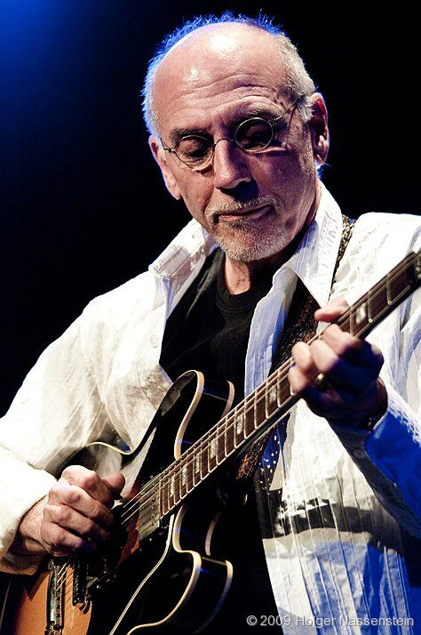Larry Carlton has recorded so many outstanding lead licks in his career. He is one of the greats.