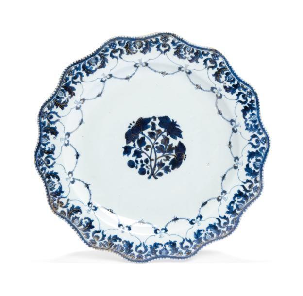 CHINE - XVIIIème siècle Plat lobé bleu blanc et or, à décor de fleurs Diamètre: 40 cm - Millon & Associés - 18/09/2015