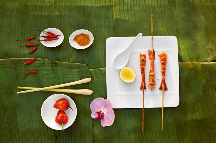 Porcelán Modern Grace skvěle vynikne při venkovním stolování na banánových listech - porcelán na www.luxurytable.cz
