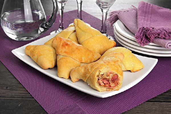 A Esfiha de Presunto, Mussarela e Bacon é fácil de fazer, deliciosa e perfeita para o lanche da sua família. Experimente! Veja Também:Esfiha de Frango com