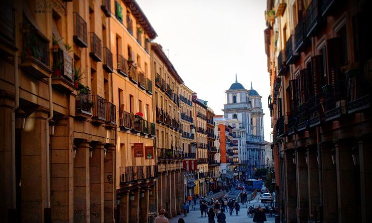There is nothing more pleasant than a walk on the charming streets of Madrid. Simply get lost through the intricate alleys of the Spanish capital to recharge your batteries.