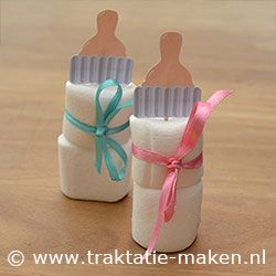 Marshmallow Babyflesjes. Nodig: Werktekening speen, Marshmallows, Lintje, Cocktailprikker, Dubbelzijdig tape. Werkwijze: Print de werktekening en knip ze uit. Vouw en plak deze om een cocktailprikker. Rijg er 2 Marshmallows aan en bindt hier omheen een roze of blauw lintje. http://www.traktatie-maken.nl/traktatie-maken-img/werktekening/babyflesje.pdf