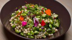 Une recette de salade de couscous israélien et d'edamames à la coriandre, présentée sur Zeste et Zeste.tv.