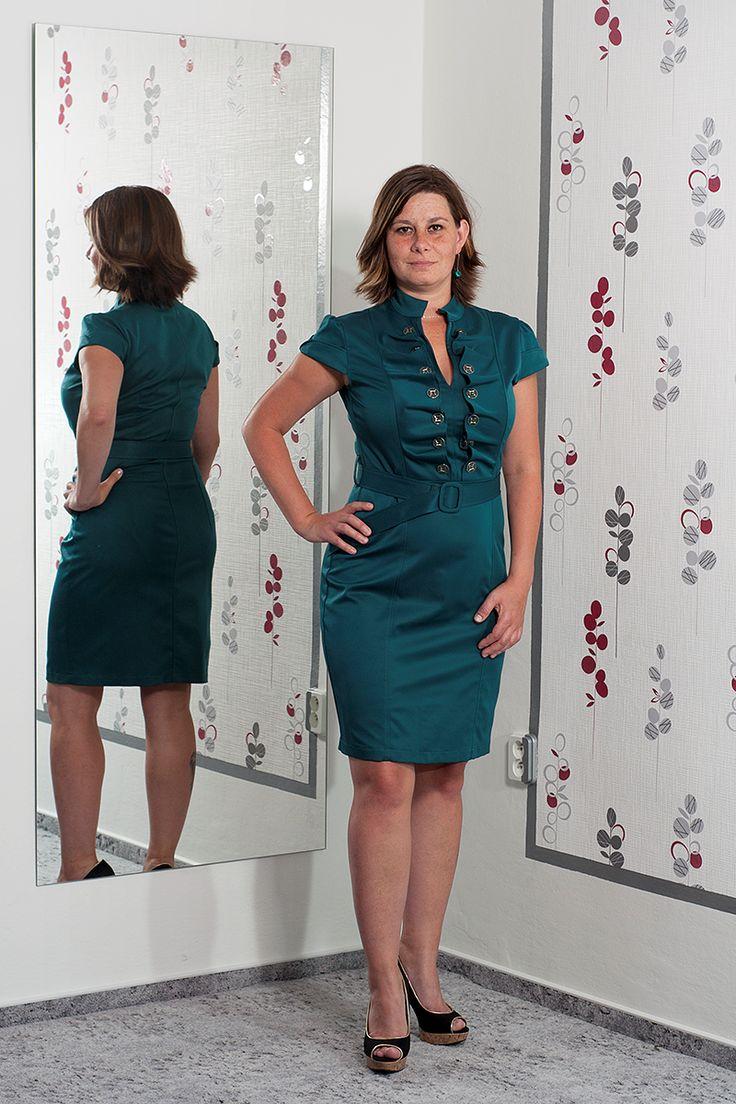 """078. """"Napoleonky"""" Petrolejové šaty s výrazným dekoltem a páskem.  Vel.: 40/42  Cena: 790,- kč"""