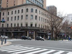 横浜情報文化センター 劇的に建物がよみがえったのが、現在は横浜市情報文化センターとして使われているこの建物でしょう。昭和4年に横浜商工奨励館として建てられたものでしたが、以前は空家の朽ち果てたビルでしたが、この隣に建つ旧横浜市外電話局(昭和4年築)と、旧商工奨励館の間に高層ビルを建設、この二つのビルはドッキングする形で新たに生まれ変わりました。現在、旧商工奨励館はレストラン等が入居し、新たな名所となっています。 横横浜情報文化センター 日本, 神奈川県横浜市中区日本大通11