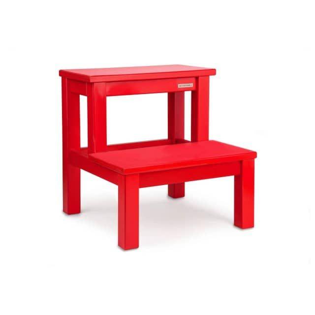 Roter Tritthocker aus massiven VollholzDer Design-Tritthocker aus massivem Buchenholz aus zertifiziert nachhaltiger Forstwirtschaft besticht durch seine rote Farbe. Kinder lieben den bunten Farbton und nutzen den Hocker im Kinderzimmer als Sitzgelegenheit sowie als Trittstufe, um an ein Regal oder beim Zähneputzen ans Waschbecken zu gelangen. Doch auch in klassischer eingerichteten Zimmern oder im Bad, vor weißen oder dunklen Kacheln, bildet der rote Holzschemel als Design Kleinmöbel einen…