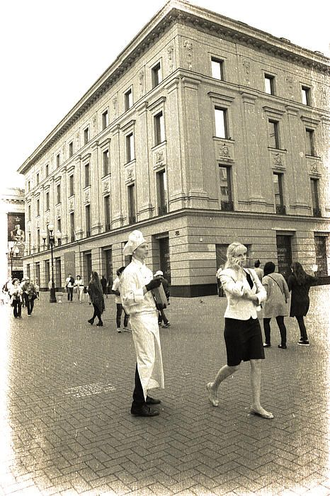 Walking Moscow street, cook and Muscovites