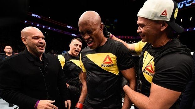 """Ele é um dos maiores lutadores de todos os tempos, mas não conseguiu - e nem quis - vencer as lágrimas. Assim que foi anunciado vencedor contra Derek Brunson, quebrando um jejum de quatro anos e meio no UFC, Anderson Silva caiu no choro. Depois, ele mesmo explicou a emoção.    """"Foi de felicidade. São muitos anos fazendo isso, muitos anos aqui dentro do UFC podendo dar alegria, às vezes dar tristeza para as pessoas. Fico muito feliz de pod"""