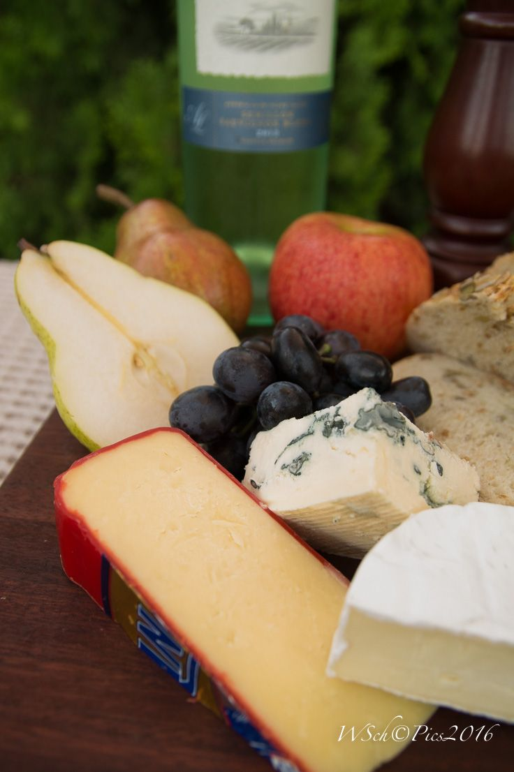 L1M1AS Sony A58, Sigma Lens 17-70mm, focal length 24mm, ISO 1250 (Auto), f/4, 1/80sec, time 18:37, did cropping, changed exposure -1.95 I like the central focus on blue vine cheese and grapes.