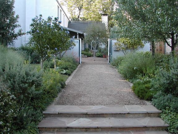 Crushed granite path with stone edging david rolston for Courtyard stone landscape
