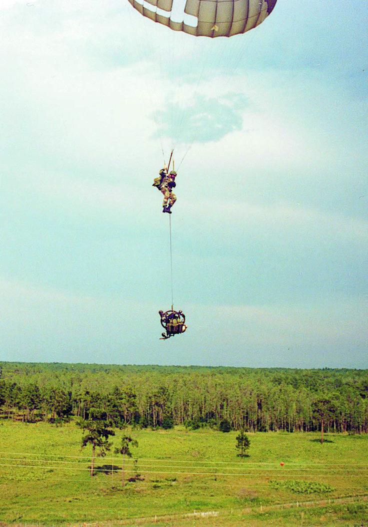 Прыжок парашютиста - десантника с велосипедом Montague.