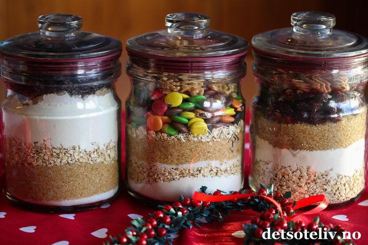 God jul, kjære dere! Cookiesmix på glass er populært å gi bort som spiselig julegave! Skal du på besøk til noen i romjulen, er dette noe du kan lage raskt og som er veldig hyggelig å få. Prinsippet går ut på å legge tørrvarene på glasset slik at den som får gaven bare trenger å tilsette egg og smør for å lage klar cookiesdeigen. Hvor mye fremgår av oppskriften som skrives ned på et kort som festes på glasset eller vedlegges gaven. Du kan lage denne type gaver med de fleste typer…