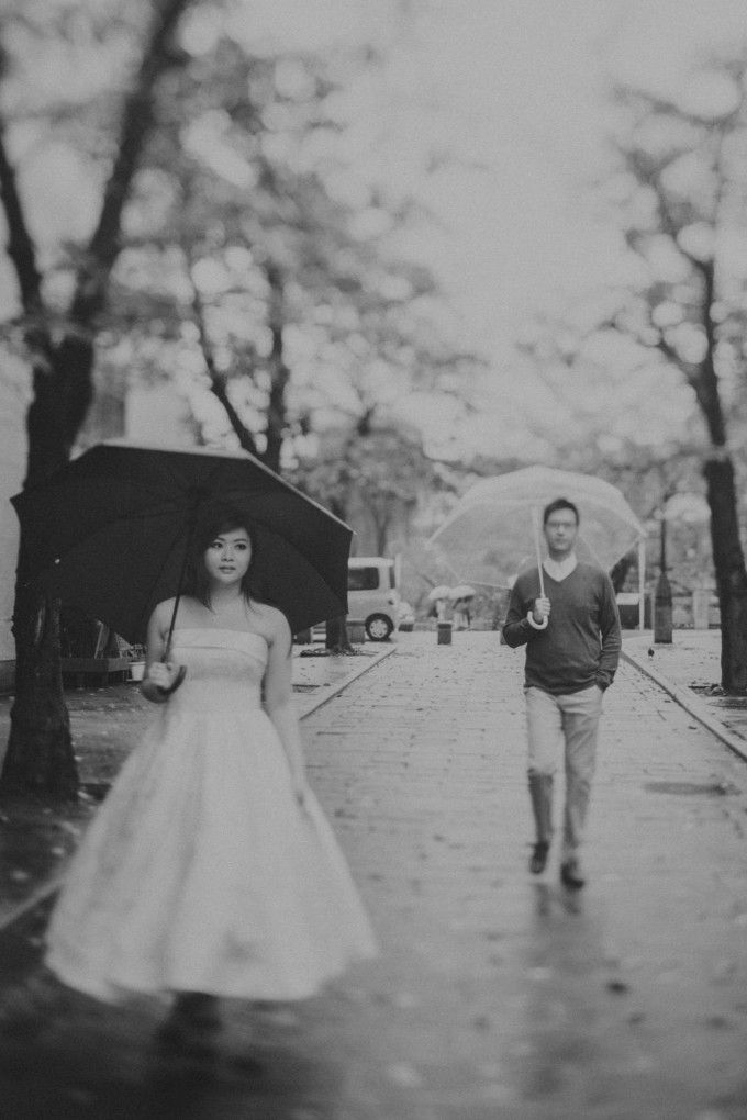 Engagement photoshoot in rainy day inspiration | An Atmospheric Engagement Album Taken In Bali And Japan | http://www.bridestory.com/blog/an-atmospheric-engagement-album-taken-in-bali-and-japan