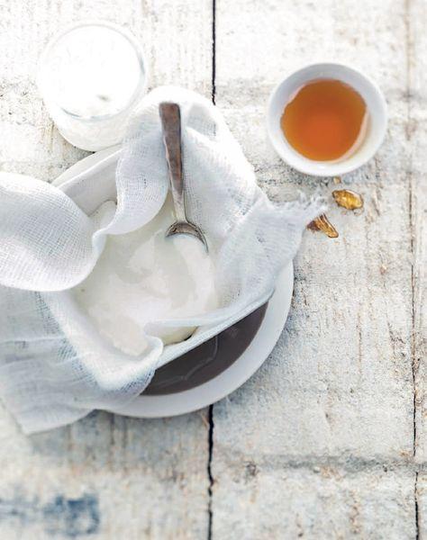 Lo yogurt greco fatto in casa è un'alternativa sama ed economica ai prodotti da banco frigo, e si realizza in pochi, semplici passi